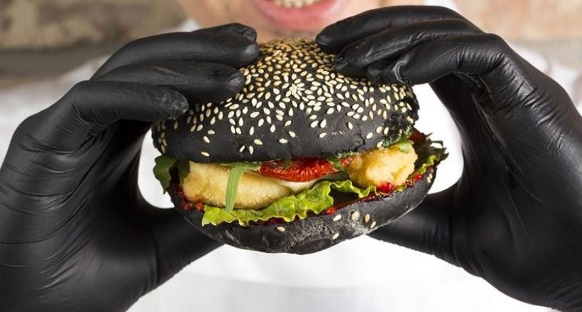 бургер в черных перчатках