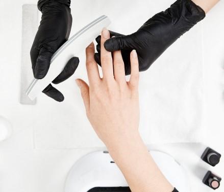 маникюр в черных перчатках